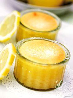 Il Budino al limone è una delicatezza squisita al cucchiaio. Nessuno si tira indietro di fronte a tanta bontà tutta da degustare!