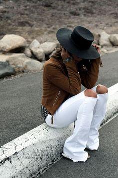 Jean blanco campera gamuza marrón y sombrero