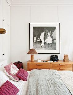 Menos es más. Less is more, que diría Mies, en el dormitorio soft, vestido con ropa de cama de Society. La cómoda es de De La Espada y, sobre ella, una imagen en blanco y negro del artista maliense Malick Sidibé. La lámpara de sobremesa es de Frank Ghery y los apliques de Jules Wabbes.