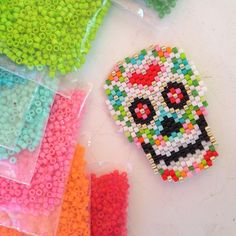 Sugar Skull, Day of the Dead, Dios de la Muerta, beaded peyote stitch. Peyote Stitch Patterns, Seed Bead Patterns, Loom Patterns, Beading Patterns, Beading Projects, Beading Tutorials, Halloween Beads, Beaded Banners, Peyote Beading