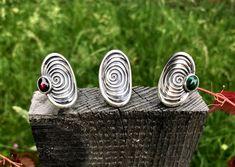 Silberring Helia gibt es in drei verschiedenen Varianten: Mit Granat, mit Malachit oder ohne Stein. Der große Ring eignet sich als Accessoire zu sämtlichen Outfits. Trachtig oder modern. #sommerschmuck #sommer #silberring #ring #trachten #dirndl #schmuck #ringe #trachtenschmuck #silberschmuck Outfit Des Tages, Rings, Modern, Outfits, Accessories, Big Rings, Nice Jewelry, Malachite, Stone