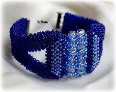 Szikati oldala: Királykék RAW karkötő / Royal blue Right Angle Weave bracelet Beaded Cuff Bracelet, Beaded Bracelet Patterns, Woven Bracelets, Seed Bead Bracelets, Beaded Rings, Seed Beads, Beaded Jewelry, Beaded Necklace, Right Angle Weave
