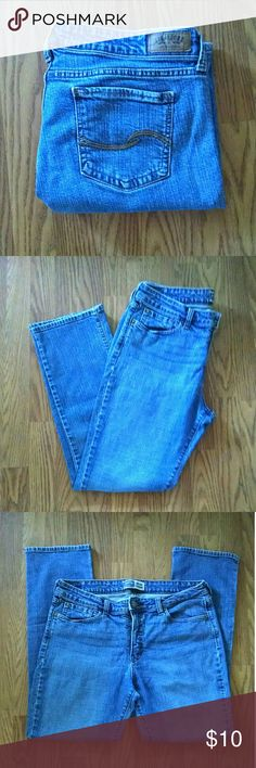 "Levi Signature Jeans Previously loved medium wash jeans. Mid-rise straight.  Size 16S. 29"" inseam. Levi Strauss & Co. Signature Jeans Straight Leg"