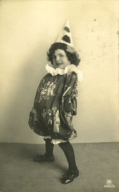 vintage photo of girl in clown costume Cirque Vintage, Vintage Abbildungen, Vintage Clown, Vintage Costumes, Vintage Postcards, Vintage Carnival, Vintage Kids, Vintage Children Photos, Vintage Pictures