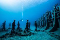 Nach zwei Jahren Planung und Ausgestaltung sind die Exponate von Europas ersten Unterwasser-Museums nun komplett und für die Öffentlichkeit zugänglich. In zwölf bis 15 Metern Tiefe können Taucher vor Lanzarote künftig unterschiedlichste Skulpturen auf dem Meeresboden entdecken. Die Idee stammt vom britischen Künstler Jason de Caires Taylor, der bereits Unterwasserparks vor Granada und in Mexiko realisierte.