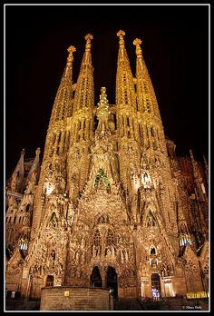 La Sagrada Familia -catalogada como Patrimonio de la Humanidad en el año 2005- es el monumento más visitado de España y el único gran templo de todo el mundo actualmente en construcción. En 1926, cuando muere Gaudí sólo hay una torre construida, la torre de San Bernabé. Así pues, el arquitecto sólo es autor directo de la Fachada de la Natividad, de la torre y de parte de la cripta.