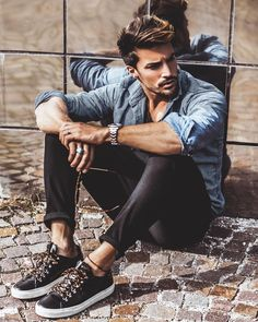 Men feel increasingly tied up with jeans and shoes that make his appearance even more elegant and alluring. Take a look at some amazingly simple and classy clothes tips for men you'll find to… Model Poses Photography, Male Models Poses, Male Poses, Men Looks, Best Poses For Men, Mode Cool, Men Photoshoot, Men With Street Style, Boy Poses