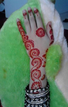 We are have geometric shapes and earthy designs to decorate our hands with mehndi for a long time now. Here are some highly fancied round mehndi designs. Round Mehndi Design, Heena Design, Mehndi Designs Book, Mehndi Designs For Girls, Mehndi Designs For Fingers, Beautiful Mehndi Design, Dulhan Mehndi Designs, Simple Mehndi Designs, Mehandi Designs