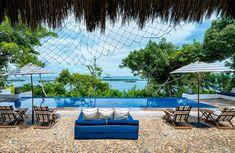 Una piscina sinfín desdibuja el límite de la casa al tocarse con el paisaje marino al que se enfrenta.