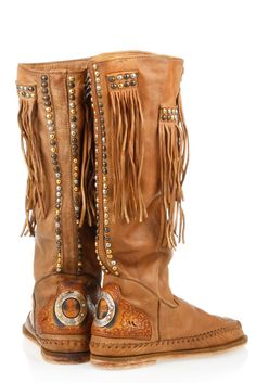 Bohemian style shoe thoughts are only cute in look and will influence you to seem sure. The boho outfits and style are grounded in the thought that you have the… Boho Boots, Fringe Boots, Cowgirl Boots, Fringe Moccasin Boots, Botas Hippy, Cute Shoes, Me Too Shoes, Look Fashion, Fashion Shoes