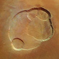 Overhead view of the caldera at the summit of Olympus Mons on Mars, the tallest volcano in the Solar System. View from the Mars Express space probe. Cosmos, Space Photos, Space Images, Planets And Moons, Air And Space Museum, Carl Sagan, Space And Astronomy, Our Solar System, Astrophysics