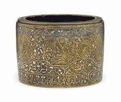 Bronce con incrustaciones en plata. Decoración de 7 medallones cada uno con un músico. Mosul, siglo XIII.