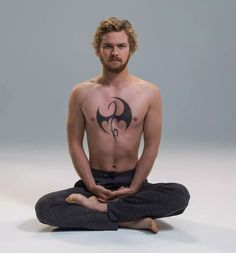 Two new promo pics of Danny Rand (Finn Jones) striking a pose as the Living Weapon in Marvel's Iron Fist have been unleashed. Iron Fist Netflix, Iron Fist Tv Series, Marvel Trailers, Fist Tattoo, Comic Book Costumes, Danny Rand, Finn Jones, Iron Fist Marvel, Tv Series 2017
