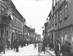 Chrzanów w województwie krakowskim Fragment ulicy. Widoczni przechodnie, na budynkach szyldy reklamowe sklepów i flagi. Data wydarzenia: 1931