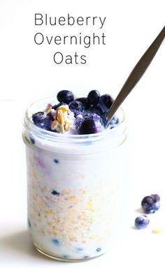 Blueberry Overnight Oats Creamy Blueberry Overnight Oats - A delicious, easy to make breakfast recipe that will be ready and waiting for you when you wake up in the morning. Vegan and gluten free.Creamy Blueberry Overnight Oats - A delicious, easy to make Easy To Make Breakfast, Healthy Breakfast Recipes, Brunch Recipes, Healthy Breakfasts, Drink Recipes, Sweet Breakfast, Breakfast Ideas, Healthy Meals, Healthy Food