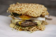 Habt ihr schonmal von Ramen-Burgern gehört? Ich hab eben den Trend aus den USA nachgekocht... LEGENDÄR lecker!