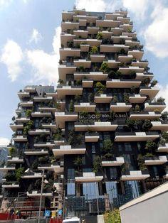 Il Bosco Verticale, progettato da Boeri Studio e realizzato da Hines Italia nel quartiere di Porta Nuova, ha vinto l'International Highrise Award 2014, riservato ai grattacieli più belli e innovativi del mondo realizzati negli ultimi anni.