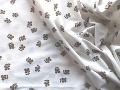 Vintage-1970s-Poly-Cotton-Fabric-Retro-Daisy-Flower-Design-in-Brown-on-White