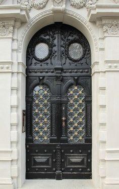 Puerta de madera ornamental en Praga, República Checa Foto de archivo - 7948811