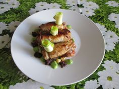 Petit paquet  de  cochon  farci ,courgettes  tomates   avec   sauces de    tapenade    et  de  petit pois  vert  Gino D'Aquino