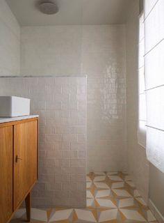 Bathroom design with geometric tiles + modern bathroom design ideas Modern Bathroom Design, Bathroom Interior Design, Modern House Design, Home Interior, Interior Decorating, Decorating Ideas, Decor Ideas, Interior Colors, Master Bathrooms