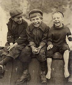 Sutcliffe, Frank Meadow  Portrett av tre gutter.  Three Happy Boys.  18,6 x 15, 6 cm Sølvgelatin NMFF.002757