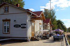 Lahden satama on viihtyisä paikka, josta löytyy myös tämä vanhassa asemarakennuksessa sijaitseva Kahvila Kariranta.