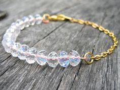 Bracelet orné de perles en verre transparentes par SaayaCreation, €28.00