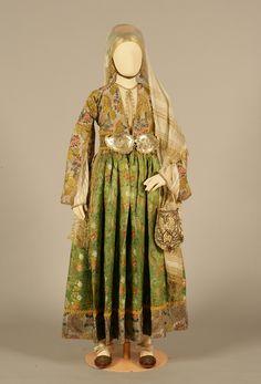Νυφική φορεσιά παλαιού τύπου από την Κύμη, Εύβοια. 18ος αιώνας. Συλλογή Πελοποννησιακού Λαογραφικού Ιδρύματος, Ναύπλιο. Old type bridal costume from Kymi, Evia (Euboea). 18th century. Peloponnesian Folklore Foundation Collection, Nafplion