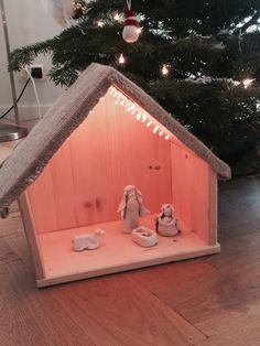 #Familieprojectje deel 1: #kerststal van restanten hout, jute zak, ducttape, boorgaten en schroeven en kerstverlichtichting (led).  Volgend jaar deel 2 :-)