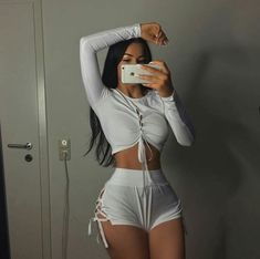 Embracing hourglass body type with this style of outfit Mode Outfits, Girl Outfits, Fashion Outfits, 90s Fashion, 40s Mode, Summer Body Goals, Tumbrl Girls, Fitness Inspiration Body, Tiny Waist