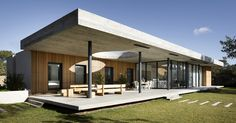 the house uses sharp geometric lines, horizontal planes, flat roof and material expression that is reminiscent of modernist architecture Concrete Houses, Design Case, Beautiful Buildings, Skylight, Log Homes, Modern House Design, Indoor Outdoor, Outdoor Sheds, Architecture Design
