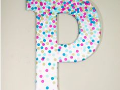 Decorative Letters for Wall Decor in Minutes! Confetti Decorative Letters for Wall Dec. Learn how to make decorative letters using confetti and Mod Podge! This project is perfect for a kids' room or craft studio. Diy Letters, Letter A Crafts, Painted Letters, Wood Letters, Decorate Wooden Letters, Alphabet Letters, Letter Art, Party Girlande, Diy Paso A Paso