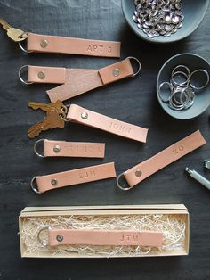 nice DIY Monogrammed Leather Key Ring tutorial Read More by monsterscircus.Monogrammed Leather Key Rings from The Every GirlMonogrammed Leather Key Rings from The Every GirlChecking friends and family off your holiday shopping list can be quite a fea Mens Leather Accessories, Leather Jewelry, Leather Craft, Men's Leather, Diy Leather Gifts, Diy Leather Monogram, Diy Leather Projects, Leather Diy Crafts, Crea Cuir