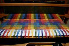 Weave-Away: The Secret Crackle Recipe Wonderful. Weaving Designs, Weaving Projects, Weaving Patterns, Textile Patterns, Textile Art, Weaving Loom Diy, Hand Weaving, Textiles, Weaving Techniques