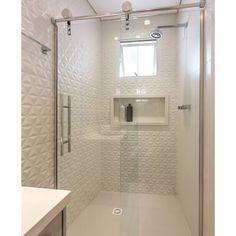 #mulpix O Revestimento em relevo 3D trouxe muito estilo e movimento neste banheiro! A cor branca, por sua vez , veio com a sensação de amplitude e elegância para o espaço! Nós adoramos o resultado ❤️ I Apartamento Geométrico por @estudioarkit e fotografia por @macarios