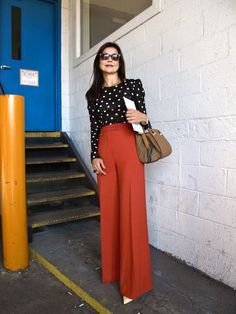 Beautiful, rich rust wide legs paired with a polka dot blouse. Classy Outfits, Chic Outfits, Fashion Outfits, Work Fashion, Fashion Week, Mode Safari, Orange Pants Outfit, Business Outfit Frau, Trouser Outfits