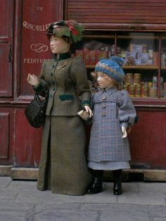 love these kinds of dollhouse denizens! Dollhouse Family, Dollhouse Dolls, Miniature Dolls, Dollhouse Miniatures, Victorian Dolls, Antique Dolls, Vintage Dolls, Victorian Dollhouse, Minis