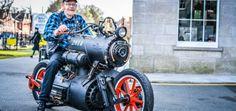 オランダのカスタムバイクショップ、Revatu Customsが2014年に発表した「Black Pearl」が、クレイジーだとバイクファンの間で話題となっている。 なんと蒸気エンジンを搭載したバイクなのだ。  こちらがその動画。 https://youtu.be/GQN0lZedqvA 動力源はもちろん炭。蒸気機関車のようにひたすらプンスカいっていて、正直まともに走るのかどうか微妙だ…。 https://youtu.be/hrWAl2iFPXI 時代錯誤なバイクではあるが、フォルムはとてもカッコ良く、男心をくすぐるのではないだろうか。 http://www.revatu.nl/