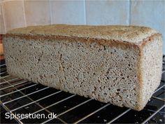 Jeg har snart bagt rugbrød i 20 år og kører stadig med den samme opskrift. Jeg bager en gang om ugen og det fungerer perfekt med surdej. For tiden bagerjeg mest dette brød uden kerner, da mindsteb… Rye Bread Recipes, Danish Food, Bread Bun, Banana Bread, Muffin, Food And Drink, Treats, Vegan, Baking