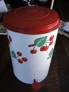 Cherry Flip Top Trash Can THIS would be perfect in my cherry kitchen! Vintage Kitchenware, Vintage Tins, Vintage Love, Vintage Decor, Retro Vintage, Red And White Kitchen, Cherry Kitchen, Red Kitchen, Kitchen Nook