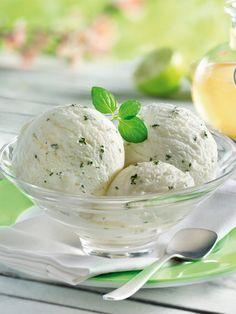 Prosecco, Holunderblütensirup und frische Minze geben diesem köstlichen Eis den Geschmack des Kult-Getränkes! #Eis #Eiscreme #Nachtisch #Dessert #Holunder #Holunderblüten #Prosecco #Minze #Joghurt #Rezept #Eiszauber #DiamantZucker