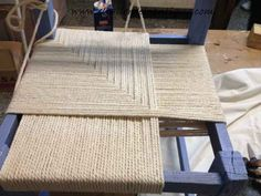 6 - as-stringing-one-chair-of-field Sisal, Upcycled Furniture, Diy Furniture, Chaise Diy, Chair Repair, Macrame Chairs, Woven Chair, Weaving Patterns, Weaving Techniques