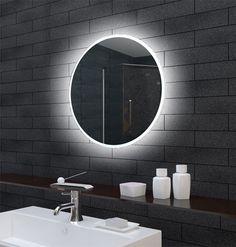 Deze ronde badkamerspiegel heeft een diameter van 60 cm. De witte LED verlichting (6400K) is rondom geplaatst en schijnt zowel naar voren door het spiegelglas als over de muur door de acrylafwerking aan de zijkant. Hierdoor ontstaat een fraai strijklicht.