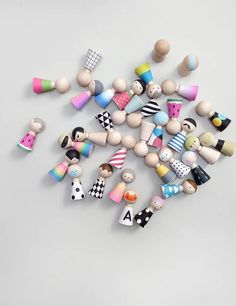 Meet the Pebbles. 5 little wooden dolls that come with 36 interchangeable and reusable wardrobe pieces, a booklet full of ideas and places… Doll Crafts, Diy Doll, Cute Crafts, Crafts For Kids, Wood Peg Dolls, Clothespin Dolls, Old Fashioned Toys, Wooden People, Doll Painting
