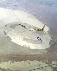Beaucoup d'observateurs et de scientifiques s'accordent à dire que l'armée de l'air américaine possède depuis plus de dix ans, un appareil opérationnel ayant des caractéristiques extraordinaires. En effet, au début des années 1990, les services Russes...
