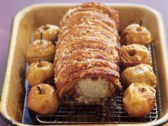 Knuspriger Schweinebraten mit Bratäpfeln | Zeit: 20 Min. | http://eatsmarter.de/rezepte/knuspriger-schweinebraten-mit-brataepfeln