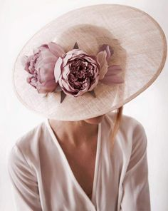 Image uploaded by ℓυηα мι αηgєℓ ♡. Find images and videos about beautiful, lovely and glamour on We Heart It - the app to get lost in what you love. Millinery Hats, Fascinator Hats, Fascinators, Headpieces, Wedding Hats For Guests, Mode Bcbg, Ethno Style, She's A Lady, Derby Day