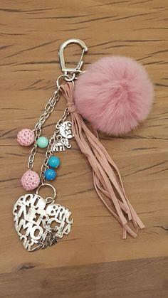 Llavero Cosas Simples un poco de todo Cute Jewelry, Diy Jewelry, Beaded Jewelry, Handmade Jewelry, Jewelry Making, Handmade Gifts, Pom Pom Crafts, Yarn Crafts, Bead Crafts