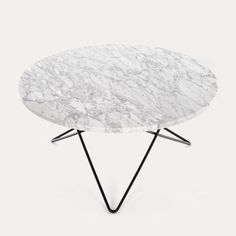 Lekkert sofa- og salongbord med bordtopp i hvit Carrera-marmorog understell i stål, sort eller messing.Størrelse: Diameter 80 cm / Høyde 40 cmUnderstell i messing koster 800.-ekstra.N.B. Hvis bordet skal sendes tilkommer et frakttillegg. Hvor mye avhenger av hvor i landet du bor, spør oss gjerne på mail; post@mitthjem.as